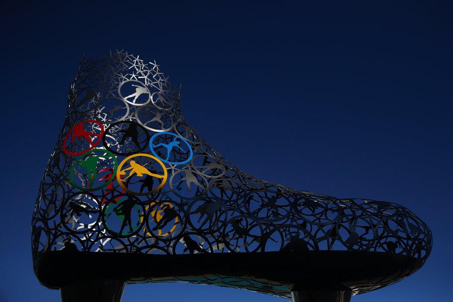 Socha korčule s olympijskou tematikou v juhokórejskom Pjongčangu.