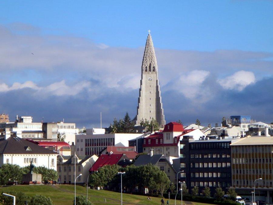 Dominantou hlavného mesta Reykjavík je 75-metrov vysoká veža kostola Hallgrimskirkja.