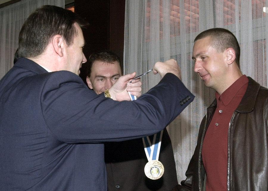 Na snímke z roku 2003 vtedajší prezident SZĽH Juraj Široký (vľavo) odovzdáva bronzovú medailu Zdenovi Cígerovi, ktorý musel predčasne pre zranenie ruky opustiť svetový šampionát vo Fínsku.