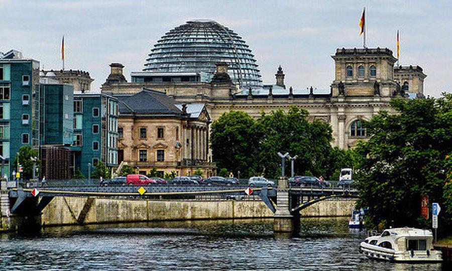 Budova Reichstagu v Berlíne z rieky Spréva.
