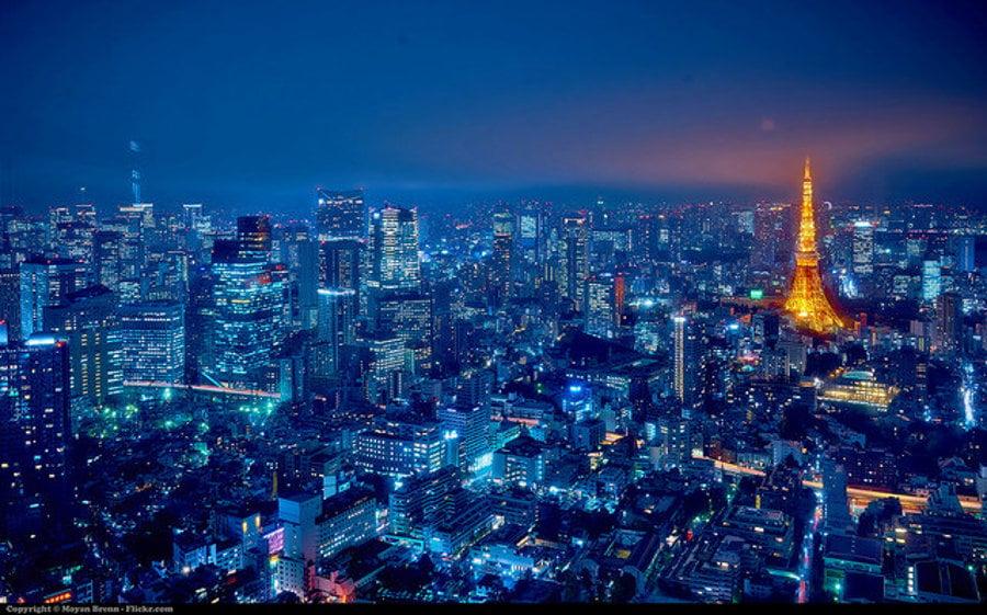 Hlavným mestom japonska je Tokio. Pohľad na nočné mesto z vrcholu mrakodrapu Mori v štvrti Roppongi. V pozadí vidno Tókjó tawá, ktorá pripomína Eiffelovu vežu v Paríži.