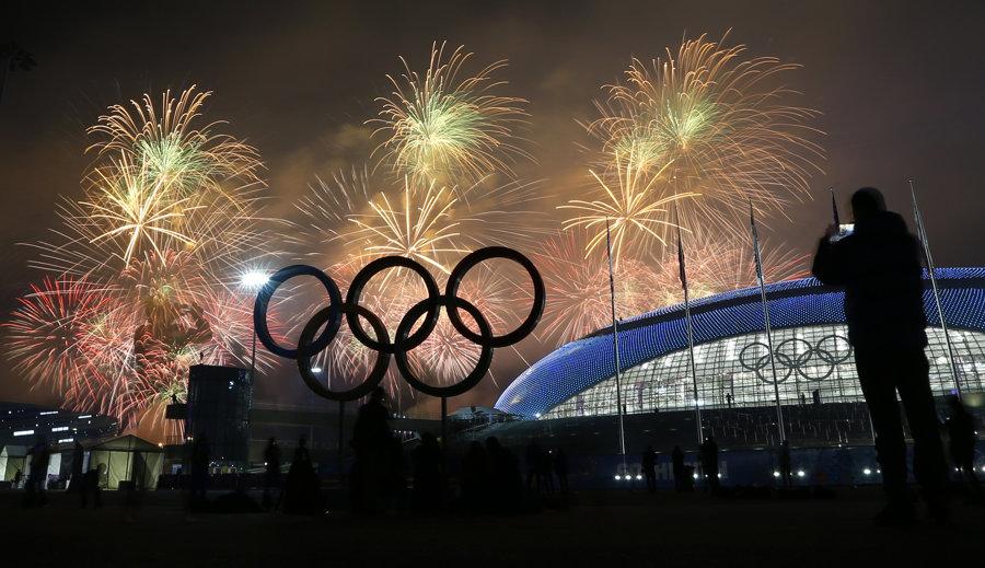 Ohňostroj na konci záverečného ceremoniálu XXII. zimných olympijských hier v Soči.
