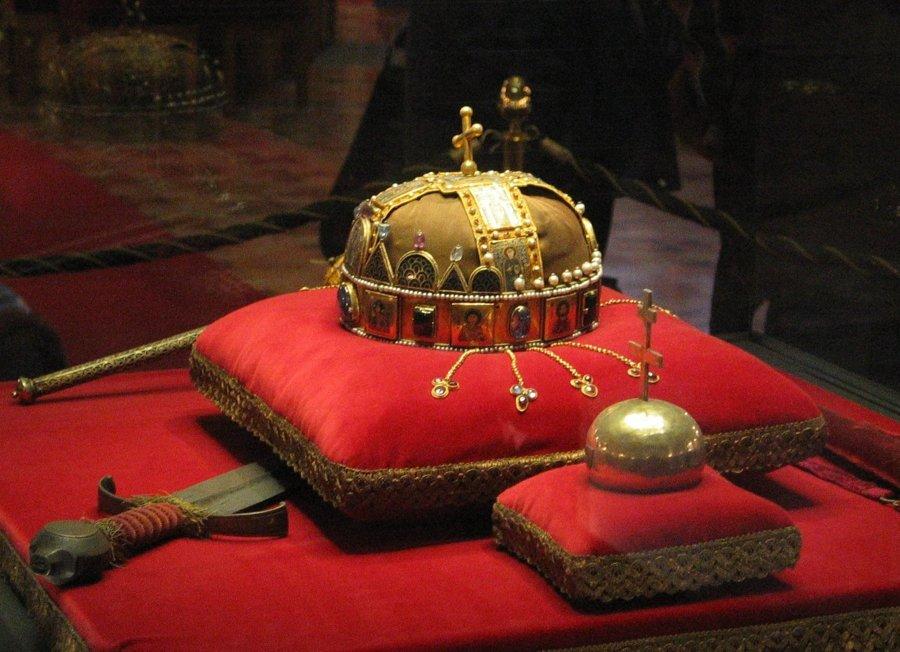 Uhorské korunovačné klenoty sú dnes uložené v budove maďarského parlamentu v Budapešti.