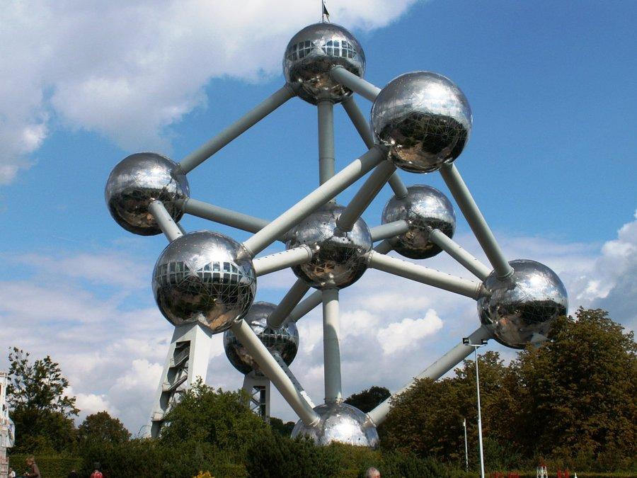 Atomium sa stalo symbolom belgickej metropoly Brusel v rámci výstavy Expo v roku 1958. Symbolizuje základnú kryštalickú mriežku železa zväčšenú 165 miliárd krát.
