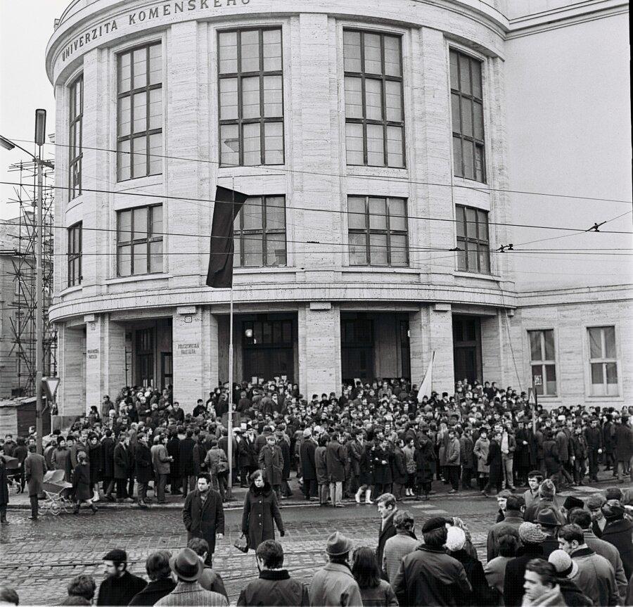 Filozofická fakulta Univerzity Komenského si na smútočnom zhromaždení pripomína pamiatku Jána Palacha.