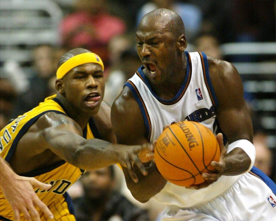 Michael Jordan (vpravo).