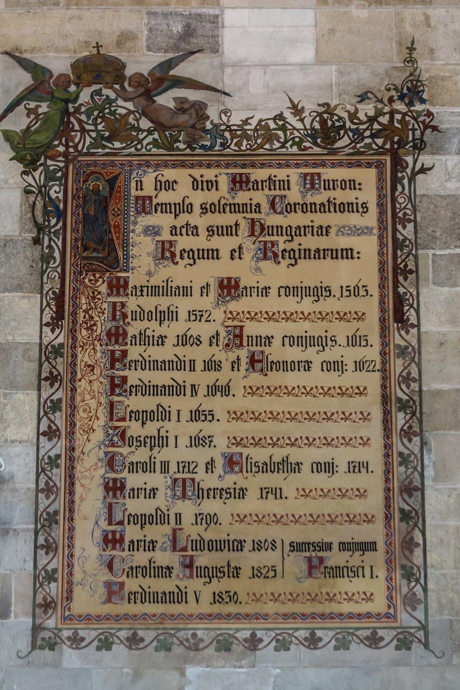 Na severnej stene presbytéria Dómu sv. Martina je z čias neogotickej úpravy maľovaný dekoratívny rám so zoznamom  jedenástich kráľov a šiestich kráľovien, ktorí tu boli korunovaní. Napriek historickej hodnote sú v zozname chyby a niektoré korunovácie chýbajú..