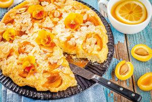 Marhuľový koláč s posýpkou a mandľami