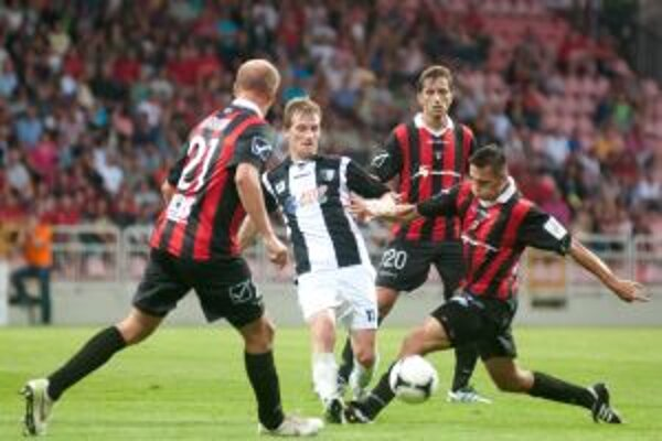 Hráč Myjavy Peter Kuračka (uprostred) v súboji o loptu s hráčmi Trnavy Máriom Bicákom (vpravo), Miroslavom Karhanom (vľavo) a Patrikom Grossom.