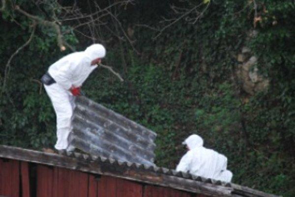 Azbestové materiály môžu likvidovať iba zaškolení špecialisti v ochranných odevoch