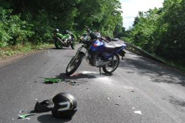 Účastníkov nehody odviezli sanitky, motorky odťahová služba.