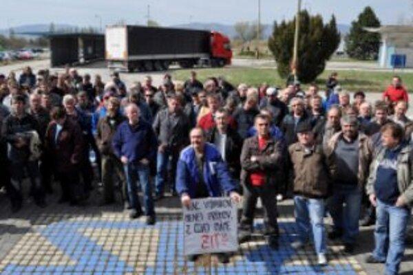 Zamestnanci ZTS Metalurg Steel Dubnica nad Váhom protestujú pred sídlom firmy ZTS Metalurg Steel z dôvodu nevyplácania miezd, porušovania viacerých ustanovení Zákonníka práce a ďalších predpisov v oblasti BOZP a hygieny práce v spoločnosti
