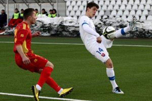 Jakub Holúbek (vpravo) centruje loptu cez obrancu súpera v zápase Slovensko 21 - Č. Hora 21 (4:1).