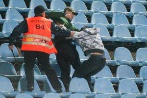 Bitka medzi fanúšikom ŠK Slovan Bratislava (uprostred) a fanúšikom FC Spartak Trnava (vpravo) počas dohrávky 14. kola Corgoň ligy.