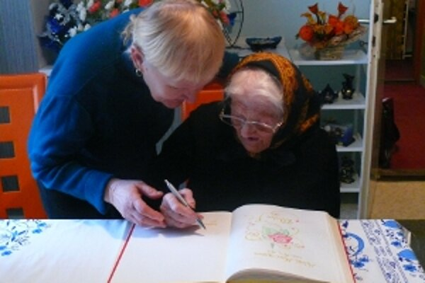 Oslávenkyňa sa zapísala aj do pamätnej knihy obce.