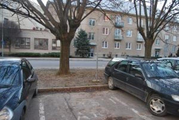 Z novomestských sídlisk odstránili značky označujúce vyhradené parkovacie miesto.