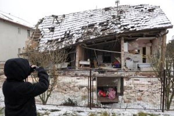 Výbuchom zničený rodinný dom v Mníchovej Lehote. Okolo trinástej hodiny došlo v dome k výbuchu, ktorého príčina sa skúma, zranený je 59 ročný majiteľ domu
