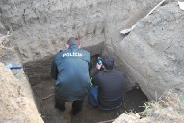 Ľudské kostry objavili dva metre pod zemou