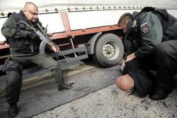 Policajti nacvičovali zaistenie páchateľov, ktorí lúpežne prepadli banku v Čechách a automobilom utekali na Slovensko.
