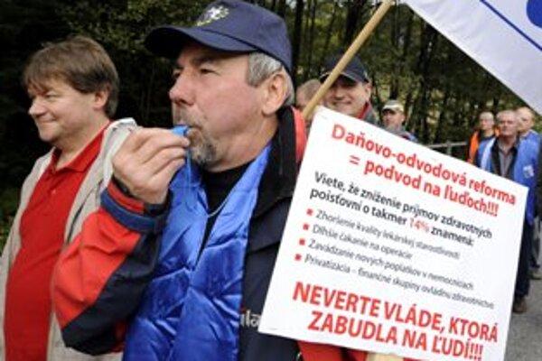 Odborári kráčajú počas protestu proti daňovo-odvodovej reforme k hraničnému priechodu Drietoma - Starý Hrozenkov.