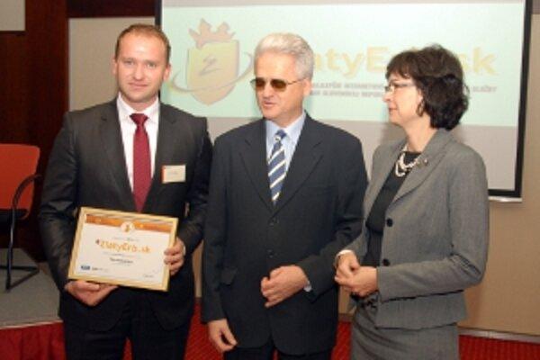 Cena za najlepšiu bezbariérovú stránku prevzal Peter Marušinec, primátor Novej Dubnice.