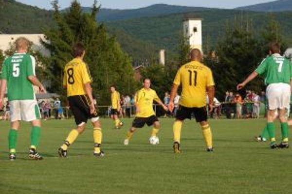Kočovce (v žltom) sa stali novým lídrom najvyššej oblastnej súťaže.
