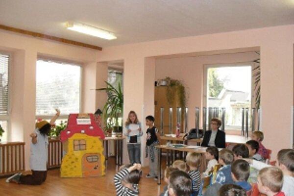 Beseda so spisovateľkou Toňou Revajovou v škole v Brezolupoch .