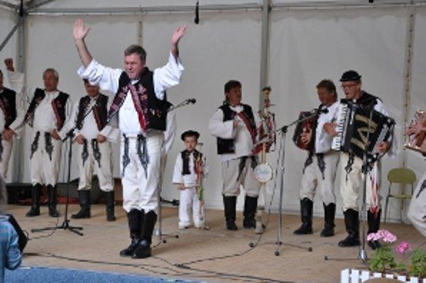 Koncert ľudového spevu, hudby i tanca zakončila mužská spevácka skupina Chotár z Hornej Súče.
