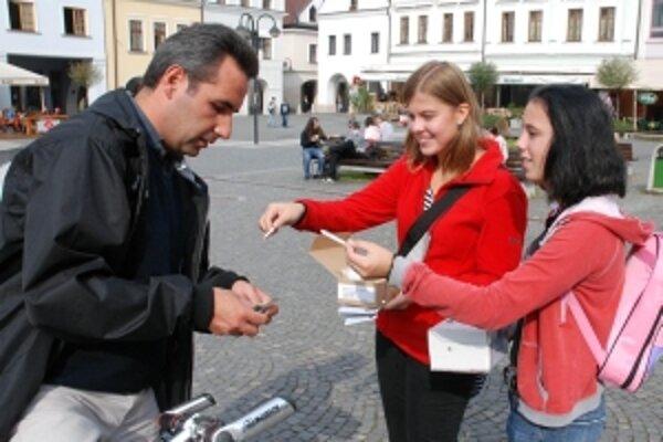 Hlavný deň zbierky je streda 21. september, keď budú v mestách Slovenska dobrovoľníci vyberať peniaze na podporu nevidiacich a slabozrakých ľudí