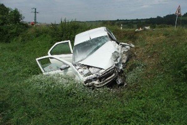Osobné auto skončilo v priekope