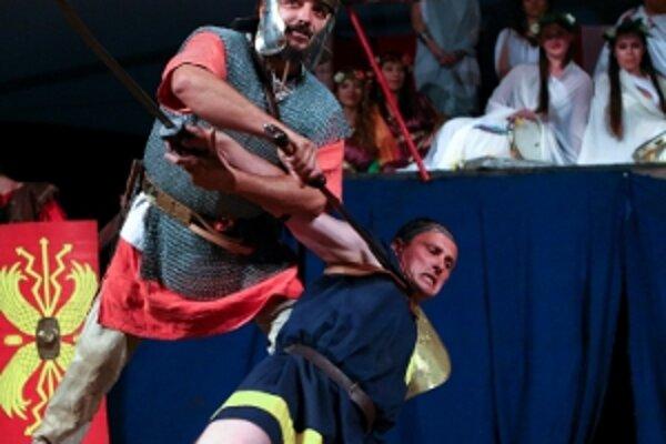 Súboj gladiátorov predvádzali členovia skupiny historického šermu Wagus.