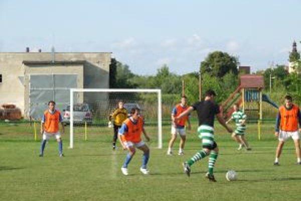 Semifinálový zápas medzi FC Niva (v zeleno-bielom) a MFK Nová Dubnica sa skončil víťazstvom MFK 4:1.