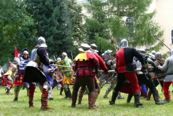 Ukážky hustistkých bojov predviedlo okolo sedemdesiat bojujúcich členov šermiarskych skupín.