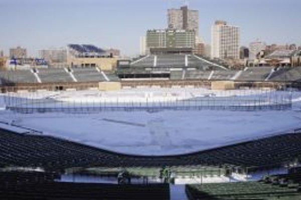Príprava štadióna na Wrigley Field v Chicagu pred zápasom domácich Blackhawks proti Detroit Red Wings.