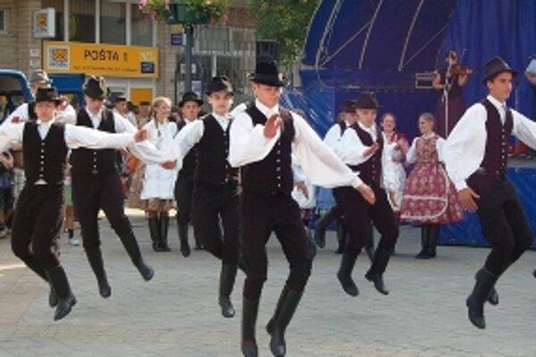 Maďarskí tanečníci na myjavskom námestí