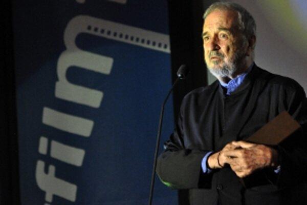 Francúzsky scenárista Jean-Claude Carrière pri preberaní ocenenia Zlatá kamera.