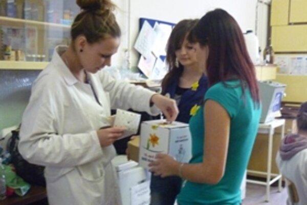 Pri organizácii zbierky pomáhali aj študenti Strednej zdravotníckej školy v Trenčíne. Spolu so žiakmi a učiteľmi zo základných škôl v Motešiciach, Dolnej Súči a na ul.kpt.Nálepku v Novom Meste nad Váhom sa im podarilo vyzbierať sumu 3587 eur.