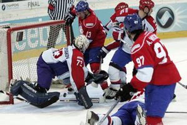 Peter Sejna (za brankárom s číslom 13) strieľa Magnitogorsku druhý gól zápasu.