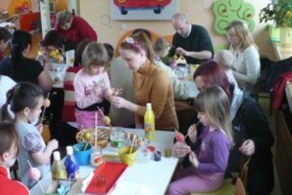Príprava kraslíc bavila deti aj dospelých.