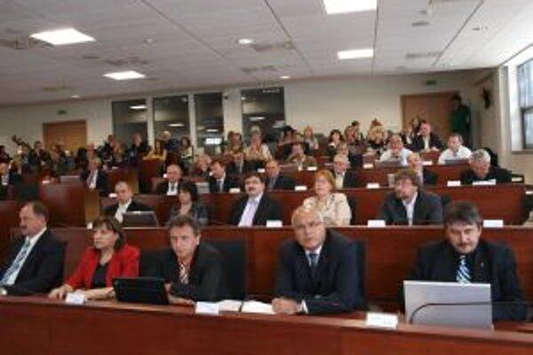 Regionálny parlament riešil problematiku zlučovania a redukcie škôl.