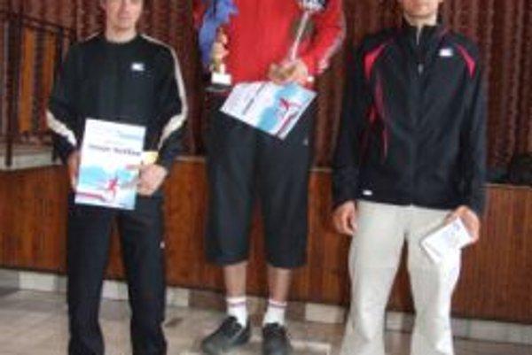 Víťazi hlavnej kategórie (zľava): Patrik Portášik, Michal Luhový, Pavol Michalčík.
