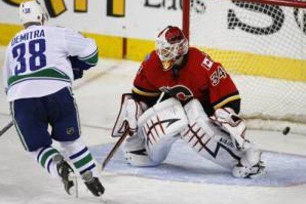 Pavol Demitra dáva v nájazdoch víťazný gól do siete Miikku Kiprusoffa z Calgary Flames.