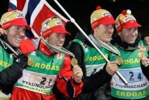 Zlatá nórska štafeta v zložení zľava: Emil Hegle Svendsen, Halvard Hanevold, Lars Berger a Ole Einar Björndalen.