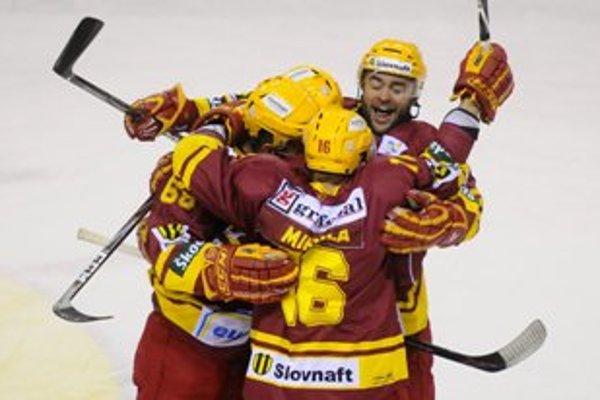 Radosť Trenčanov v šiestom zápase štvrťfinále play off extraligy Dukla Trenčín - HC Slovan Bratislava.