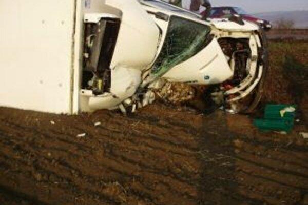 Dve nákladné autá sa po zrážke ocitli mimo vozovky.