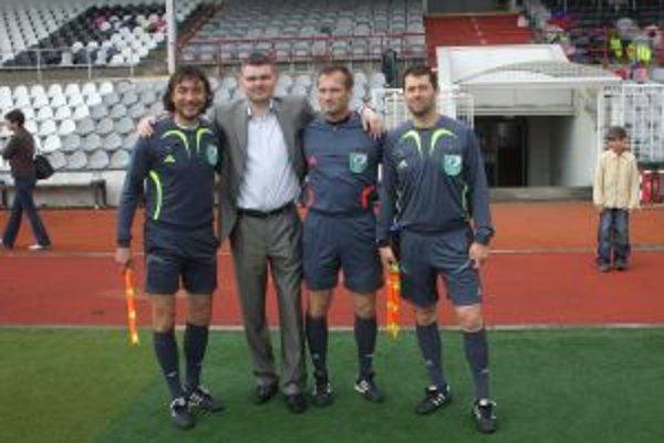 Igor Murín (prvý sprava) patrí medzi najlepších rozhodcov ObFZ Trenčín.