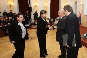 Ľubica Plichtová (v strede)v sprievode Júlie Schick preberá ocenenie z rúk izraelského ministra a generála Yossiho Peleda a izraelského veľvyslanca na Slovensku Alexandra Ben-Zvi.