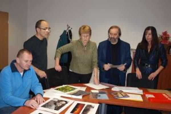 Porotcovia zľava Vít Fila, Pavol Obst, Jaroslava Tichá, Marián Pauer a Alžbeta Vlčková-Čelková hodnotia súťažné fotografie.