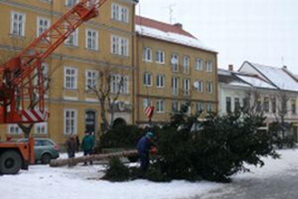 Vianočný strom bol na Mierovom námestí viac ako dva mesiace