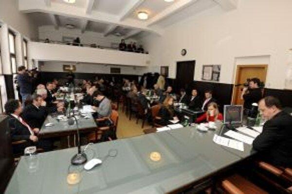 Primátor Rybníček (vpravo) reční počas prvého zasadnutia mestského zastupiteľstva v utorok 28. decembra.